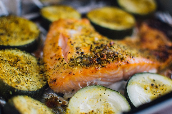 Fisch und viele Gemüsesorten sind frei von Kohlenhydraten
